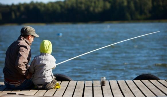 680758-family-fishing